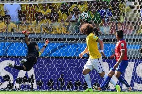 David Luiz observa a bola entrar no primeiro gol do Brasil