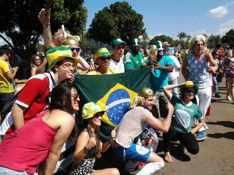 b0ff3e79320e1 Brasileiros se juntam aos estrangeiros para torcer por França e ...