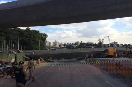 Um micro-ônibus foi atingido pela estrutura