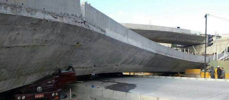 Viaduto ainda estava em construção quando desabou na quinta-feira (3)