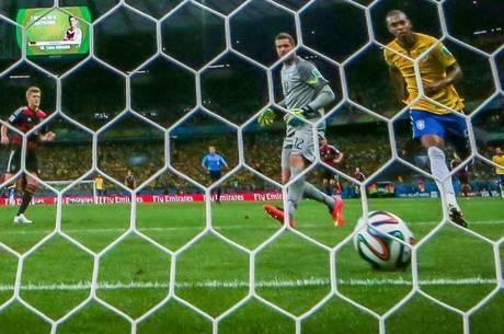 Julio César observa uma das sete bolas entrar no gol