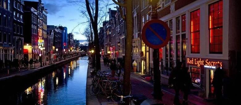 Distrito da luz vermelha, em Amsterdam, é um famoso local de prostituição