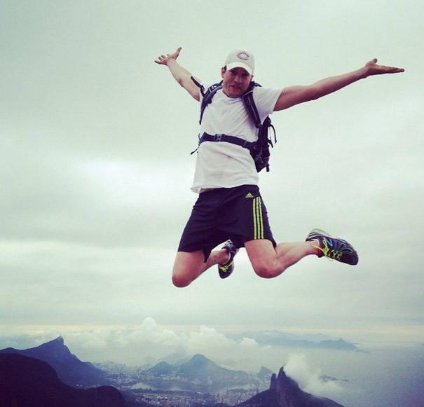 Ashton Kucther se aventura na Pedra da Gávea