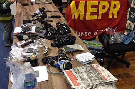 Material que a polícia diz ter apreendido com manifestantes