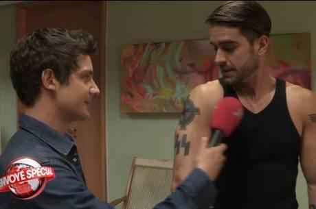 Marcos Pitombo mostra suas tatuagens a Martin Weill