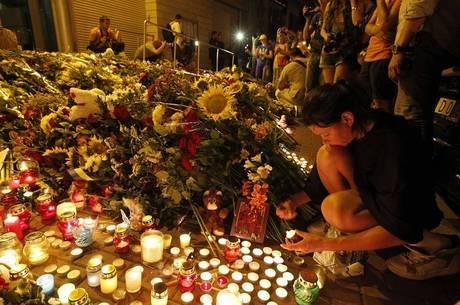 Dezenas de pessoas prestam homenagens às vítimas em Kiev