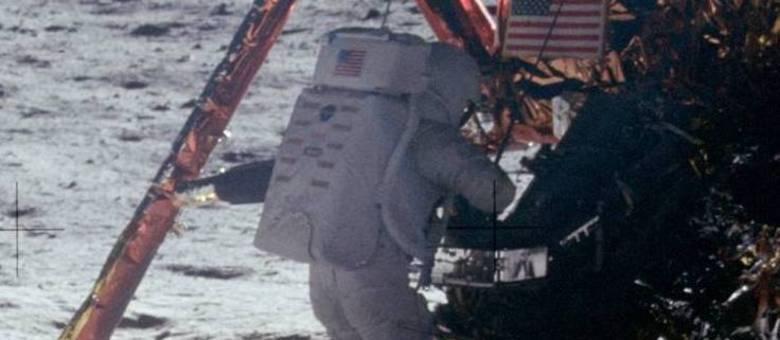 Você acredita que esta foto de Neil Armstrong foi tirada na Lua?