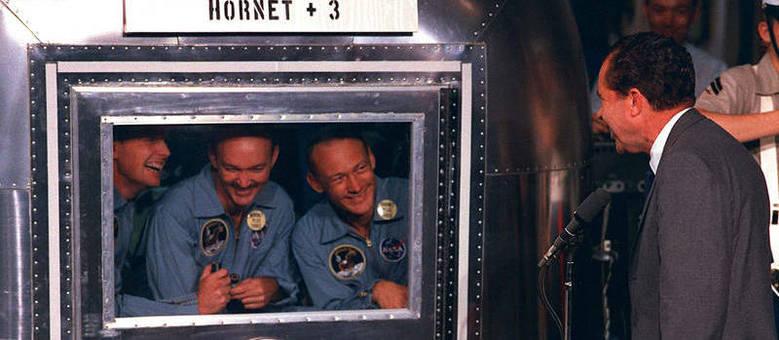 O presidente dos EUA, Nixon (à direita) encontrou  a tripulação da Apollo 11 após a volta dos astronautas à Terra