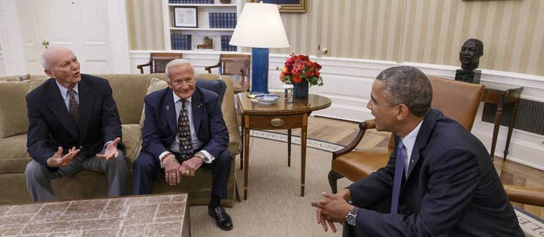 Obama recebeu com os astronautas Michael Collins (esquerda) e Buzz Aldrin na Casa Branca