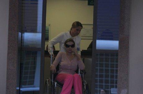 Andressa Urach deixando o hospital em uma cadeira de rodas