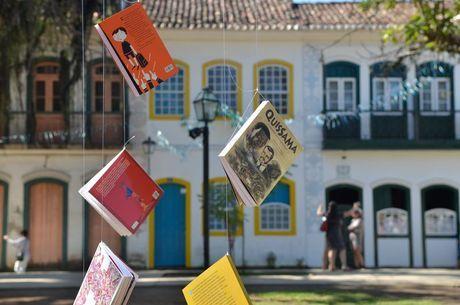 Na Praça da Matriz, livros pendurados em árvores e espalhados por tapetes