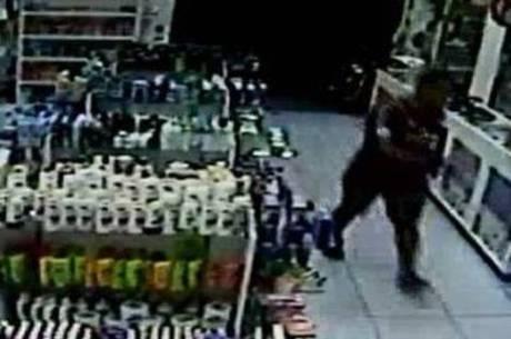 Câmeras de uma farmácia registraram a perseguição ao soldado