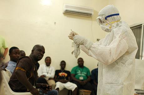 Homens recebem treinamento para ajudar pacientes com o vírus do ebola