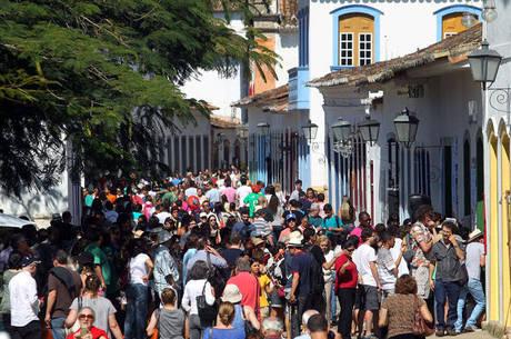 Festa leva milhares de pessoas a Paraty