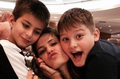 Isabelli Fontana e os filhos Lucas e Zion