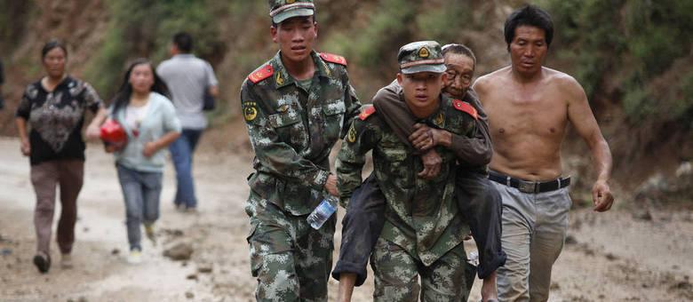 Bombeiros resgatam vítimas do terremoto que ocorreu nesta madrugada na China