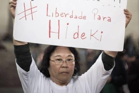Helena Harano, mãe de Hideki, durante ato contra repressão policial