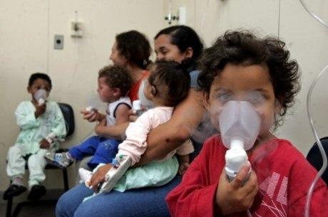 Entre os mais afetados estão as crianças com menos de cinco anos que têm infecção nas vias aéreas ou pneumonia