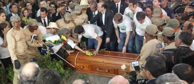 Viúva de Eduardo Campos e filhos se despedem do pai
