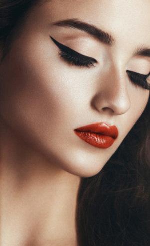 Segundo a C&A, maquiagem seria composta apenas de base, lápis de olho e batom