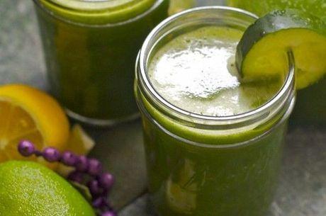 Suco detox costuma usar como base água de coco ou sucos cítricos