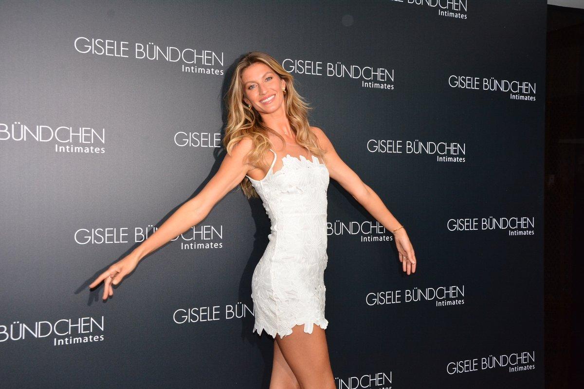 817113d36 ... Gisele Bündchen escolheu um look bem curtinho da marca Colcci para  participar do lançamento da coleção ...