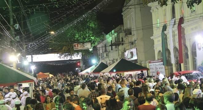 Rua cheia em uma das edições anteriores da Festa da Achiropita