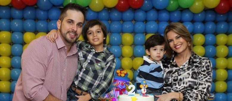 Raquel Nunes posa com o marido, Bruno Novaes, e os dois filhos, Bernardo e Arthur