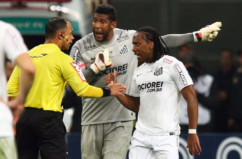 Governo vai notificar CBF por ofensas racistas feitas pela torcida do Grêmio ao goleiro Aranha