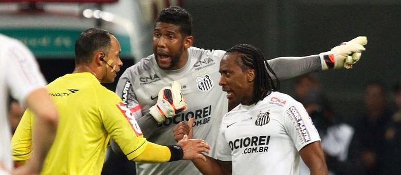 24dc3d6959 Grêmio identifica e expulsa dois torcedores por ofensas racistas a ...