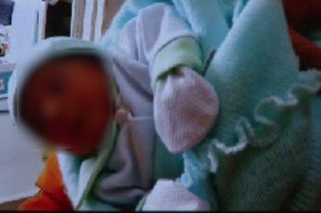 Bebê foi encontrado dentro de um pacote por homem que caminhava pelo local