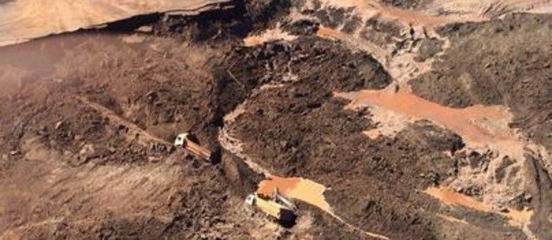 Caminhão, carregadeira e Fiat Uno foram soterrados; corpo do motorista do carro foi encontrado e de um dos caminhões foram encontrados