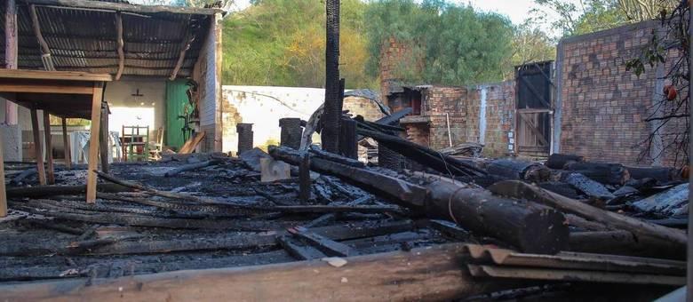 Palco do Centro de Tradições Gaúchas ficou destruído após incêndio