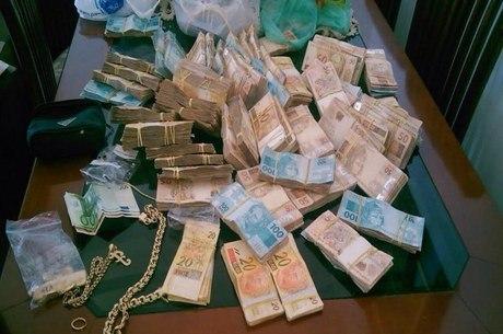 Dinheiro e joias foram apreendidos na casa do major Edson Alexandre Pinto de Góes