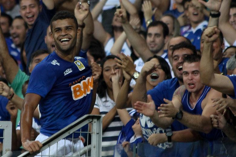 Cruzeiro traz lateral campeão da Libertadores e cede meia ao Grêmio