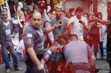 Momentos antes de PM matar ambulante (camisa xadrez) na Lapa com tiro na cabeça