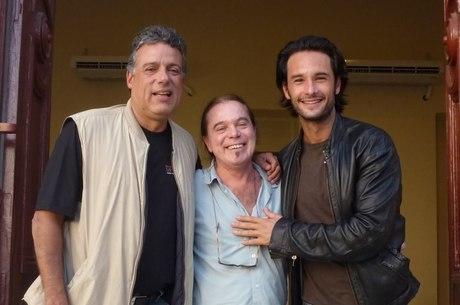 Sérgio Penna, ao centro, ao lado do cineasta Fábio Barreto (esq.) e do ator Rodrigo Santoro (dir.): preparador de elenco dos famosos