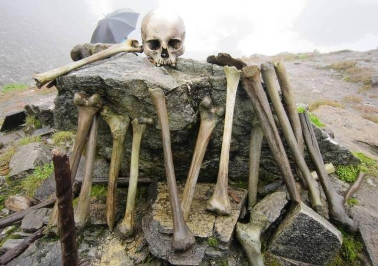 Os primeiros exploradores e cientistas que vasculharam o lago no verão chegaram à conclusão de que eram ossos de soldados japoneses, que estiveram por ali antes da Segunda Guerra Mundial