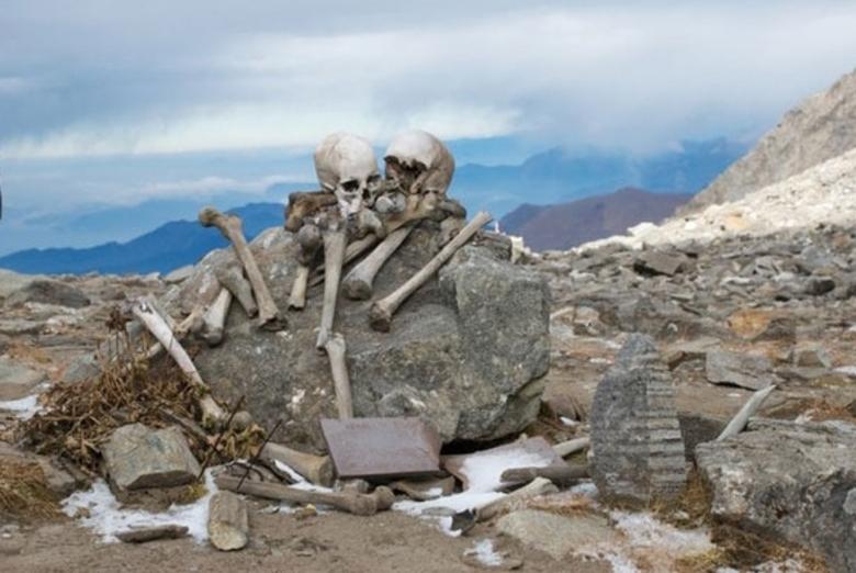 Entre essas teorias, uma delas dizia que houve um suicídio após um ritual macabro
