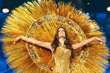 A nova Miss Brasil em desfile de traje típico