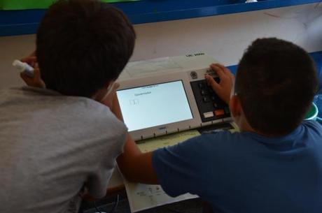 Crianças fazem votação fictícia em mutirão de São Sebastião