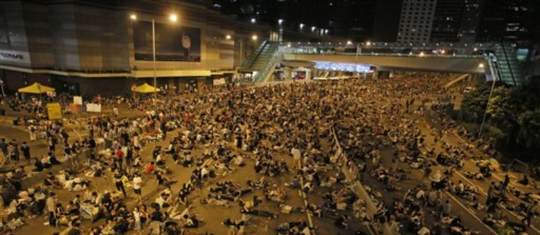 Polícia usou gás lacrimogêneo para dispersar milhares de manifestantes pró-democracia