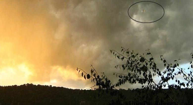 Essa é um das fotos célebre de UFOs sobre a floresta