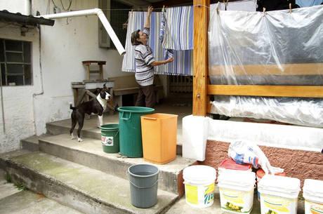 Moradores de SP se viram para lidar com torneira seca