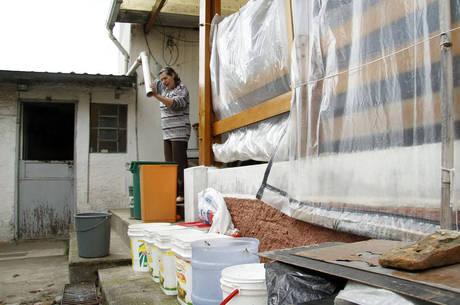 Moradora da zona leste usa engenhoca para captar água da chuva