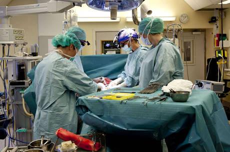 Equipe da Universidade de Goteborgl pratica cirurgia antes do transplante de útero em 2012