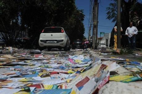 Os papéis espalhados geravam risco de queda aos pedestres
