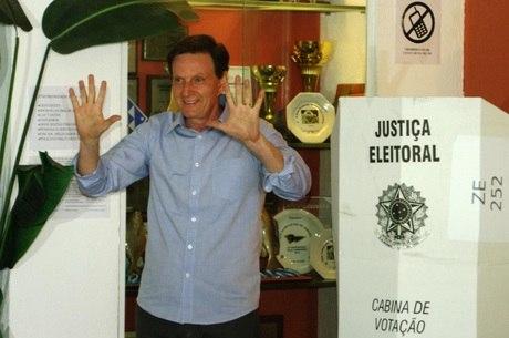 Crivella negocia apoio do PT e de Anthony Garotinho