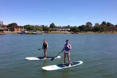 5712874dc SUP está entre as modalidades praticadas no Lago Paranoá