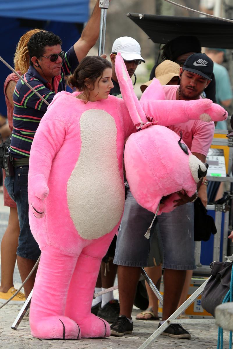 fdd870f88 ... A humorista vestiu a fantasia de um coelho rosa ...